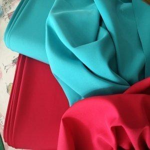 Tela de crepé. Ideal para vestidos, blusas, faldas con caída