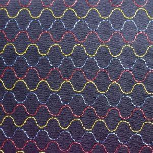 Tela negra con motivos de sashico en ondas de colores