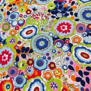 Tela de ranas y florecitas en colores de algodón hidrofugo y antibacteriano .