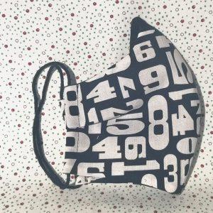 Mascarilla negra con números blancos