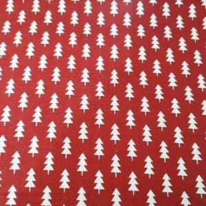 Tela navideña de abetos rojos sobre blanco