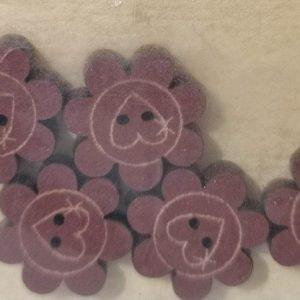 5 Botones de flores con corazones de madera