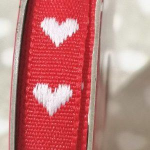 Rollo de cinta roja con puntadas blancas de 2m.