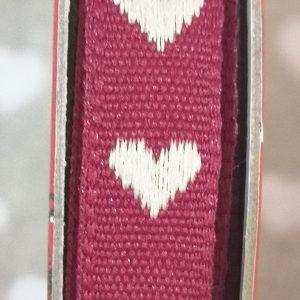 Rollo de cinta con corazones blancos sobre rojo de 2m.