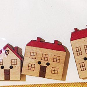 Botones con tres casas de madera