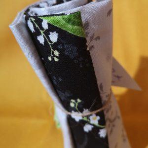 Restos de telas variadas en cuadros blancos, negros, verdes (Unos 55cm aprox.)