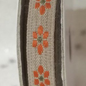 Rollo de cinta decorativa de florecitas naranja sobre natural de 2m.