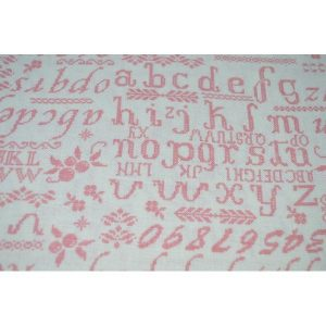 Lino con abecedario en rosa sobre blanco