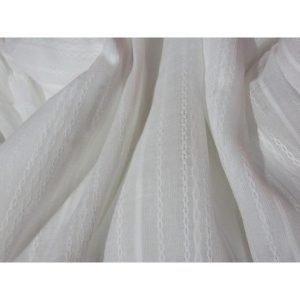 Tela para blusa color blanco semi-transparente con cadenetas y rayas en la propia tela